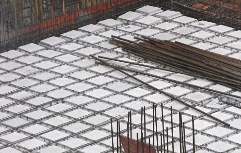 为确保空心楼盖施工顺利,应该注意哪些事项?